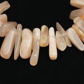 Natūralūs saulės akmens karoliukų gija, rausvos spalvos su blizgesiu, ilties formos, gija apie 40 cm