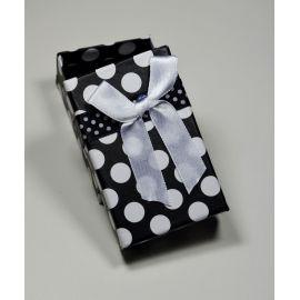 Dovanų dėžutė žiedui, sagei, pakabukui, kartoninė, juodos spalvos su baltais taškiukais, 80x50 mm, 1 vnt.